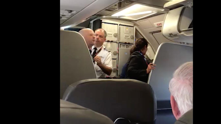 El auxiliar de vuelo que se enfrentó a la pasajera (izq.) y el piloto (der.) intentando calmarlo