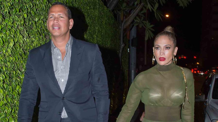 Jennifer Lopez lució un traje verde transparente durante su cita con Alex Rodriguez en Miami