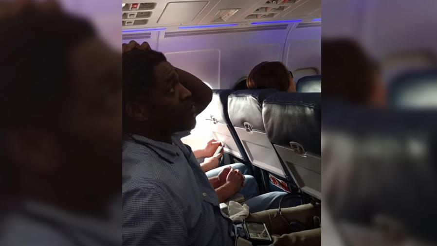 hombre forzado bajar avion