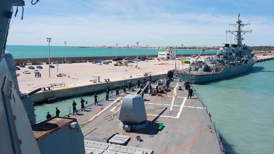 El USS Ross parte de Rota, España, el 29 de marzo de 2017. Los misiles Tomahawk que EEUU lanzó a una base militar en Siria fueron disparados desde los buques de guerra USS Porter y USS Ross desplegados en el Mediterráneo.