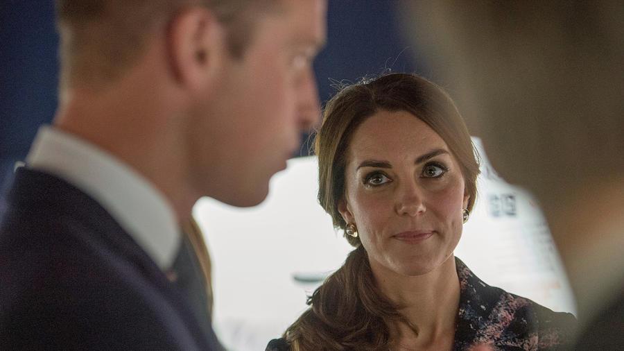 El príncipe William y la duquesa Kate en el National Football Museum, en Manchester, Inglaterra el 14 de octubre del 2016