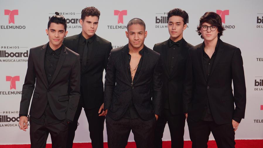 CNCO en la alfombra de Billboard Latin Music Awards 2017