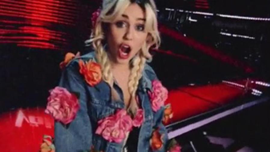 Miley Cyrus con trenzas y flores