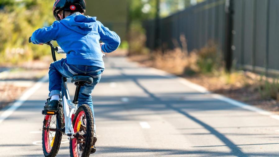 Niño andando en bicicleta