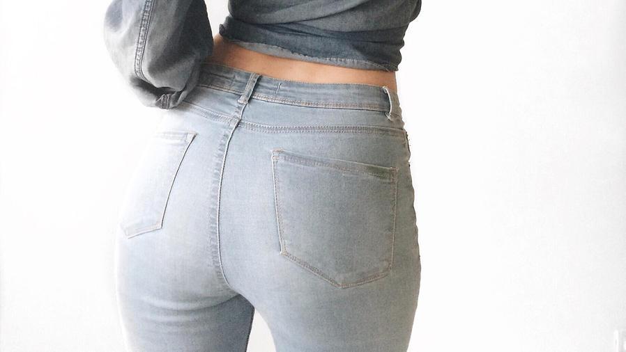 Chica de espaldas con jeans