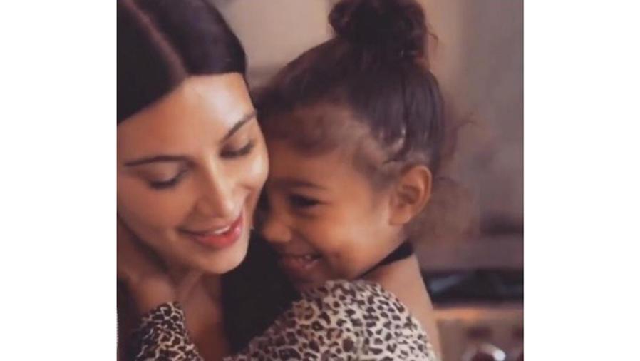 North West abrazando a Kim Kardashian