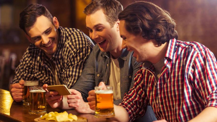 Tres amigos en el bar con Smartphone
