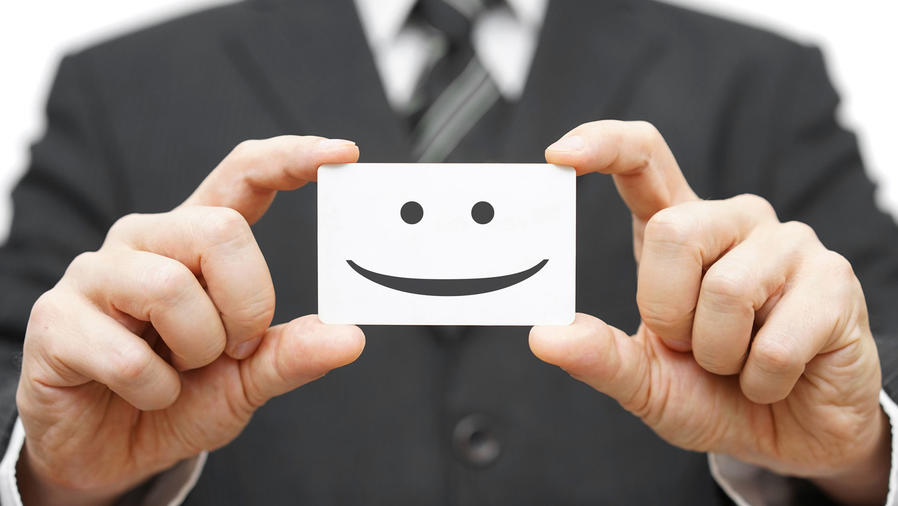 Ejecutivo con tarjeta sonriente