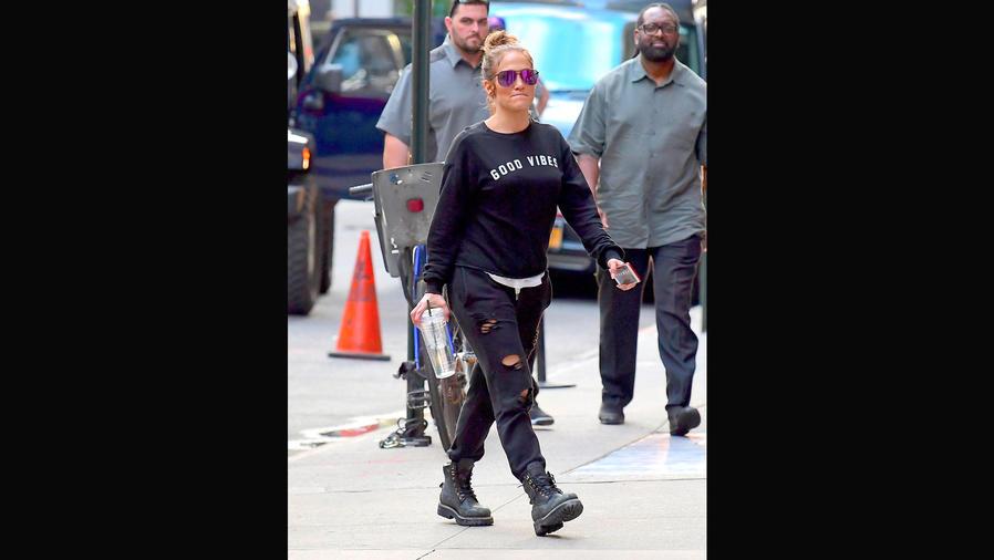Jennifer Lopez con pantalones negros, rotos, en Nueva York
