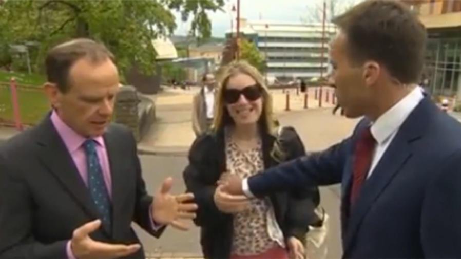 Reportero le toca un seno a una mujer durante trasmisión en vivo