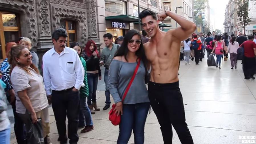 Rodrigo Romeh sin camiseta en la calle