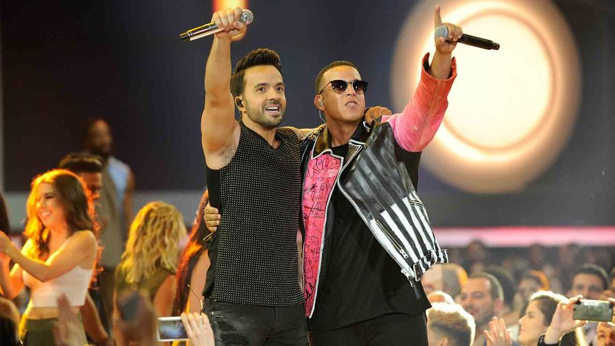 """Luis Fonsi y Daddy Yankee interpretan """"Despacito"""" en los Premios Billboard 2017"""