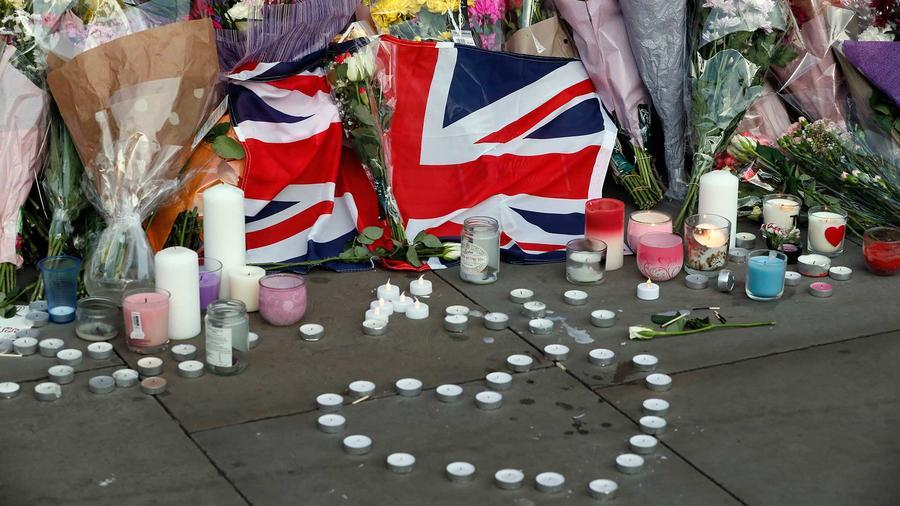 Flores en un altar improvisado durante la vigilia por las víctimas del atentado que dejó 22 muertos en Manchester