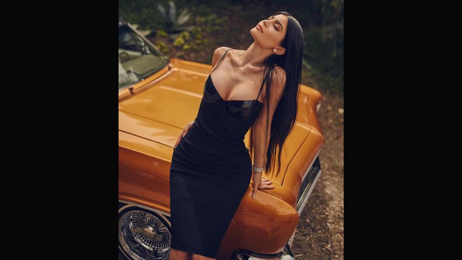 Kylie Jenner modelando un vestido de su colección