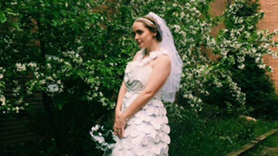 Mujer posando con un vestido de novia de unicel