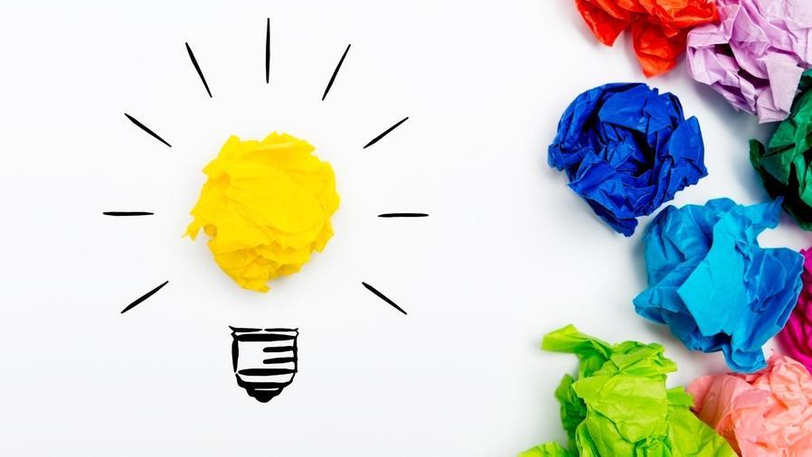 Bombilla de luz dibujada y papeles de colores