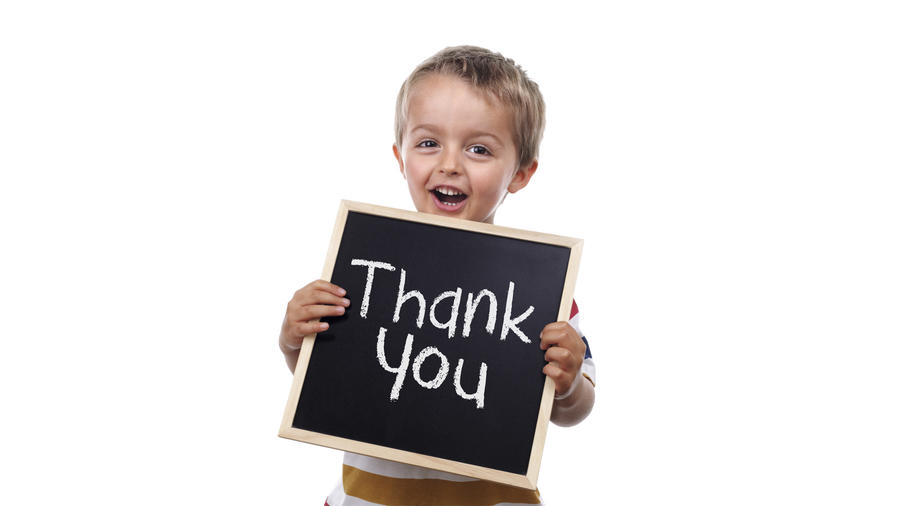 """Niño sosteniendo cartel que dice """"thank you"""""""