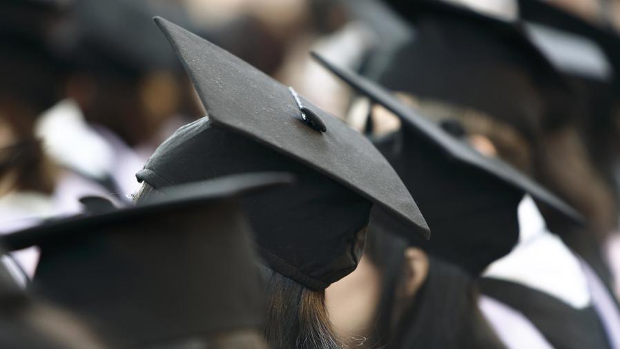 Jóvenes graduándose de la universidad