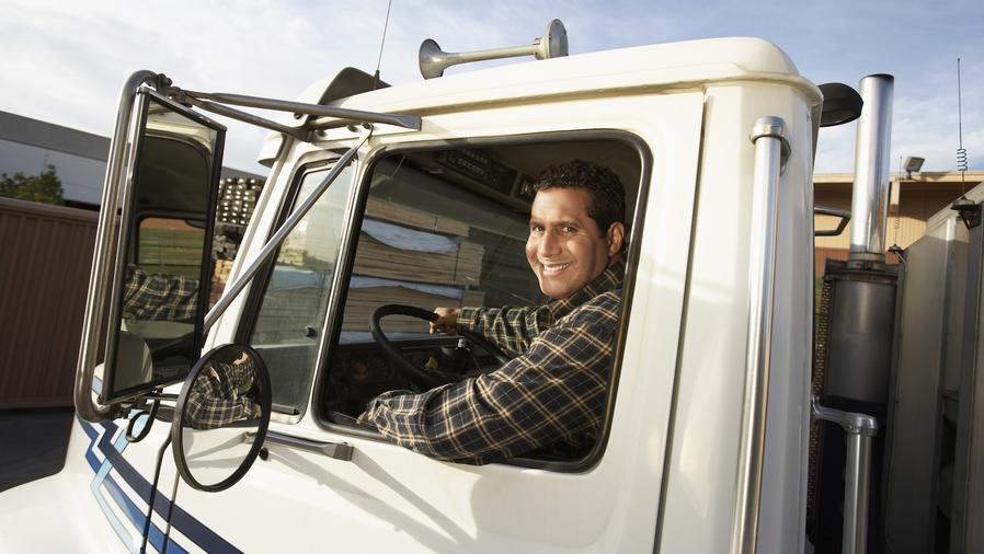 Hombre de camisa manejando un camión