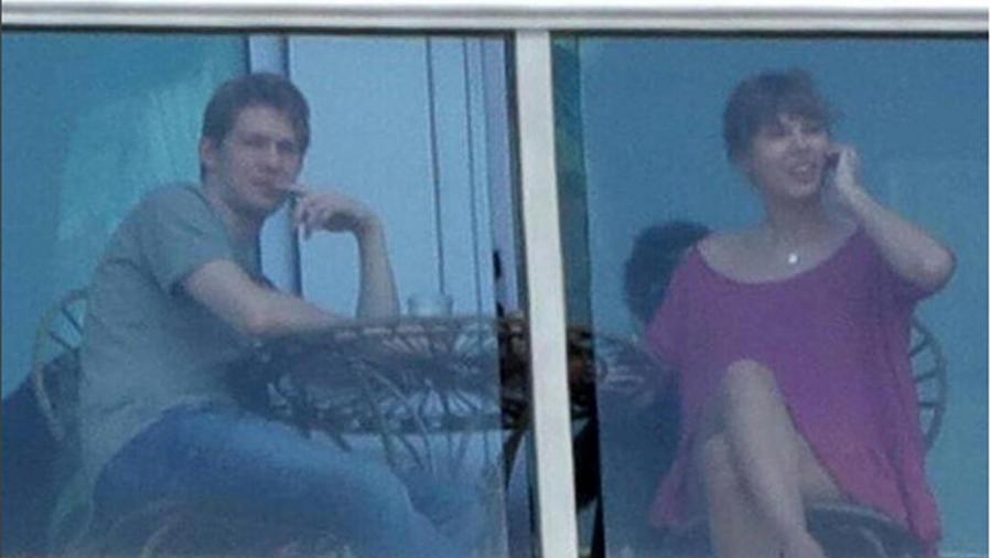 Taylor Swift y Joe Alwyn en un balcón