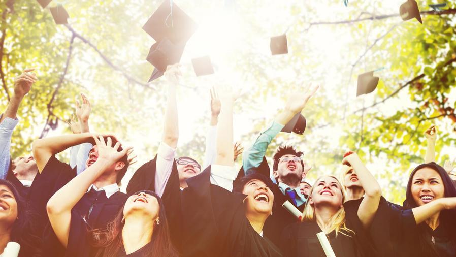 Estudiantes universitarios celebrando la graduación
