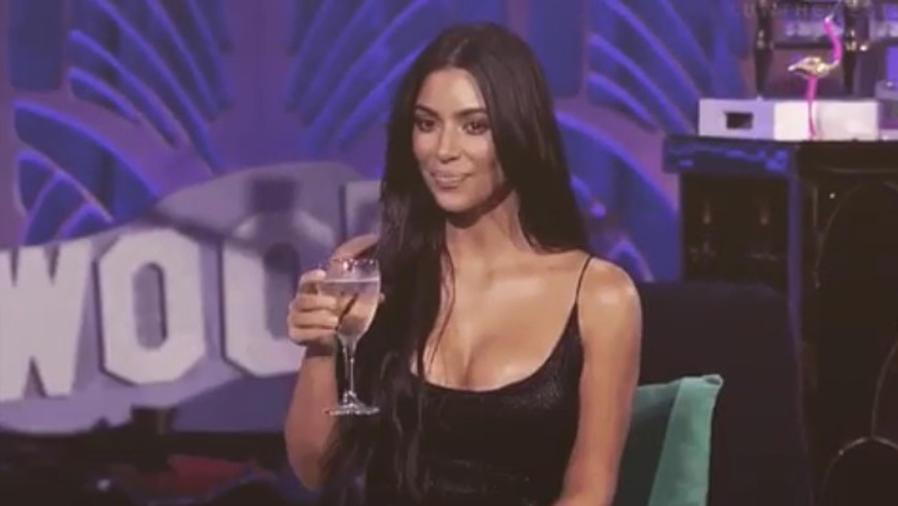 Kim Kardashian con una copa en la mano