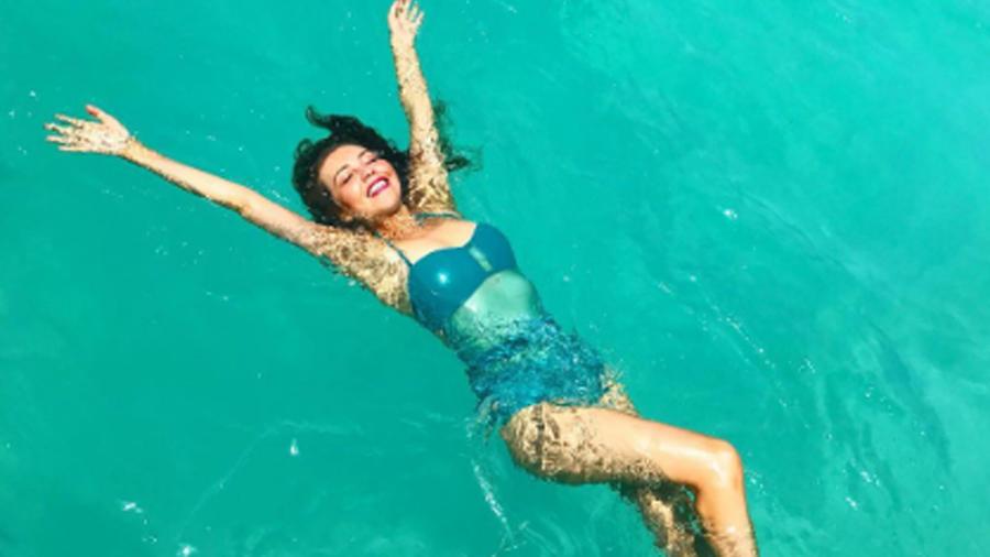 Thalía nadando en bikini