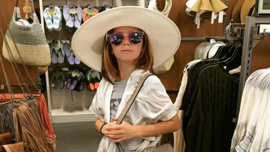 Niño usando gafas de sol y sombrero