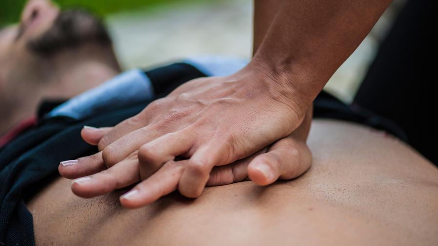 Hombre recibiendo reanimación cardiopulmonar