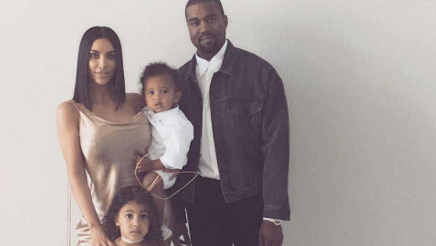 Kim Kardashian Kanye West, North y Saint posando