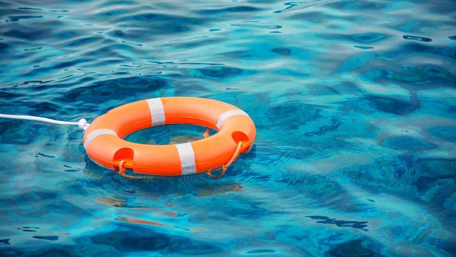 Boya salvavidas flotando en el agua