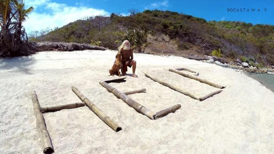 David Glasheen con su perro en Isla Restauración