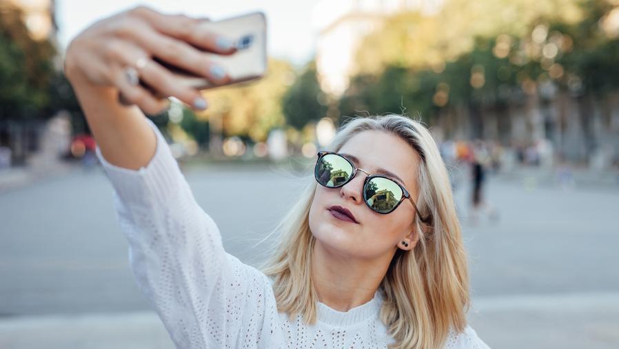 Chica tomándose una selfie