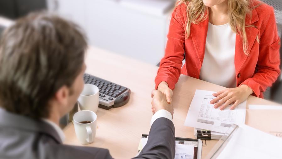 Hombre y mujer en entrevista de trabajo