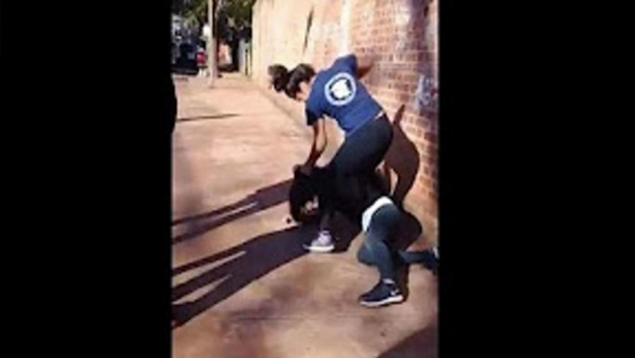 Dos estudiantes se encienden a golpes (VIDEO)