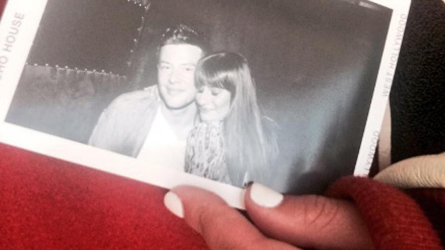 Lea Michele sosteniendo una foto de ella y Cory Monteith
