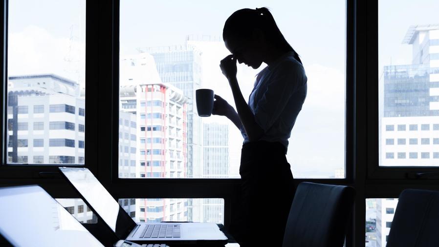 Mujer de negocios preocupada