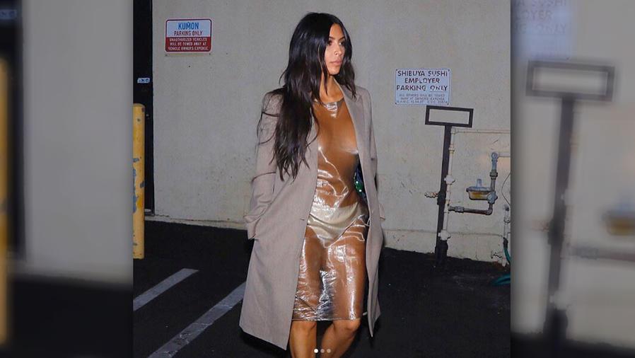 Kim Kardashian se olvidó del bra y lució un vestido transparente