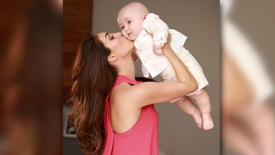 Anahí cargando a su bebé Manuel
