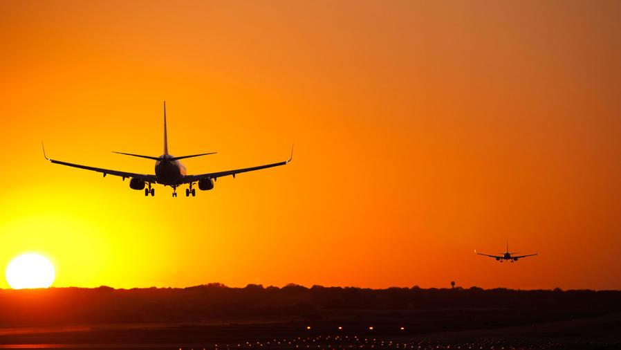 Avión y puesta de sol