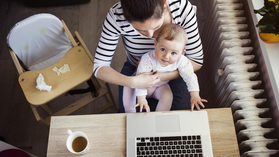 Mamá con bebé trabajando desde casa