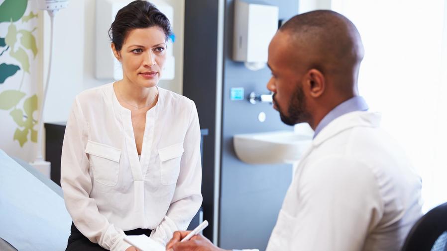 Mujer preocupada consultando al médico