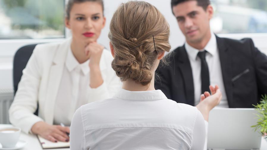 Empleada habla con jefes