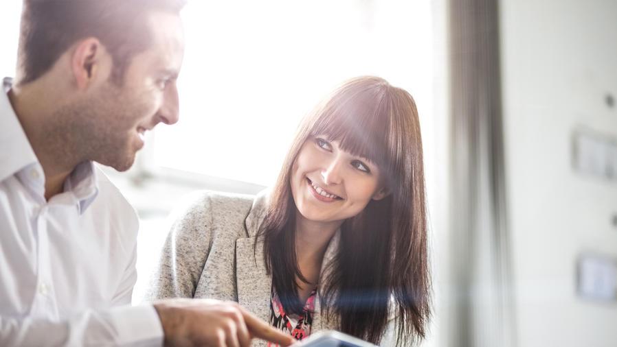 Hombre y mujer con una tablet, hablando