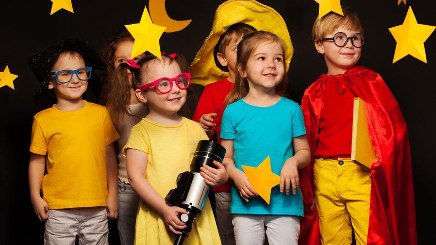 Niños sobre el escenario
