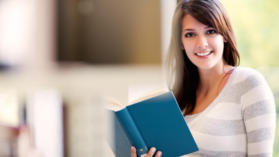 Joven universitaria sosteniendo un libro