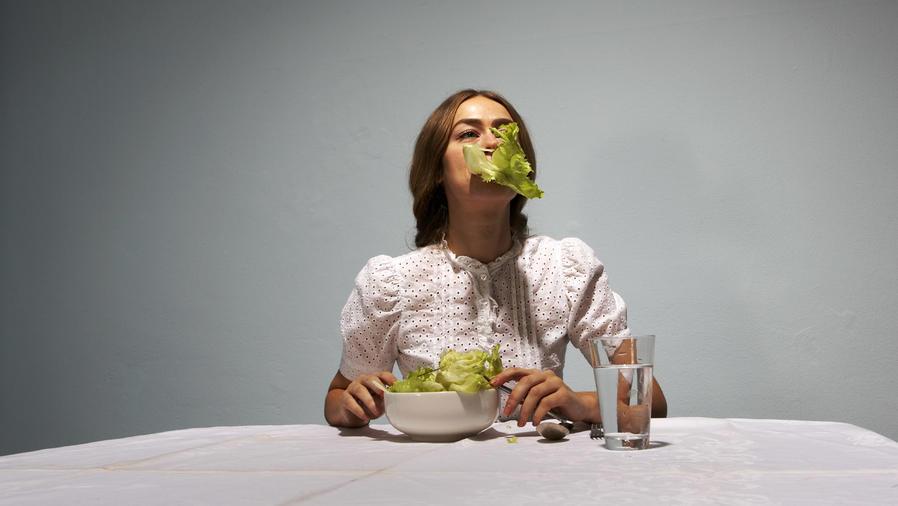 Mujer comiendo lechuga