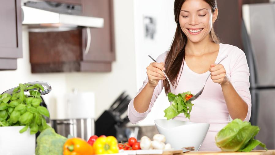 Mujer preparando ensalada