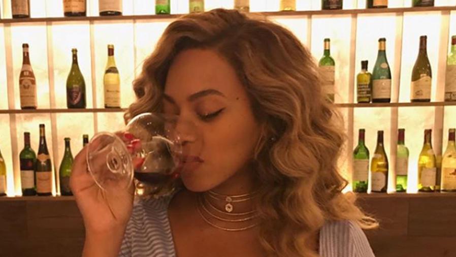 Beyoncé tomando vino