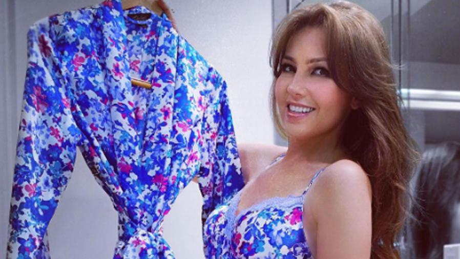 Thalía compartió una sexy foto en negligé